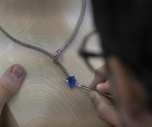 """Ce collier de la collection """"Classiques"""", une fois terminé, comptera 155 diamants et un saphir de 17 carats."""
