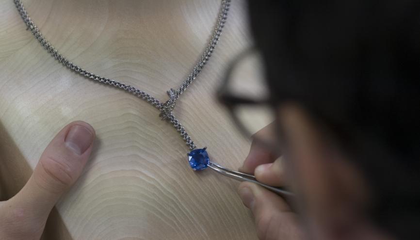 """Ce collier de la collection """"Classiques"""", une fois terminé, comptera 155 diamants et un saphir de 17 carats. //©Mat Jacob/Tendance Floue pour l'Etudiant"""