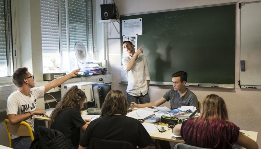 Les enseignants s'attachent à créer un rapport de proximité avec les lycéens, afin de désacraliser les cours et les enseignements. //©Yohanne Lamoulère/Transit pour l'Etudiant
