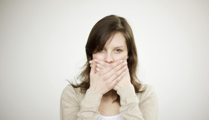 Traquez vos tics de langage ! Dans le cadre professionnel, ils peuvent devenir discriminants. //©Kniel Synnatzschke/plainpicture