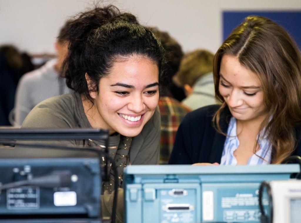 Ce matin, c'est la découverte des oscilloscopes pour les élèves de classe préparatoire PCSI. //©Thomas Louapre / Divergence pour l'Étudiant