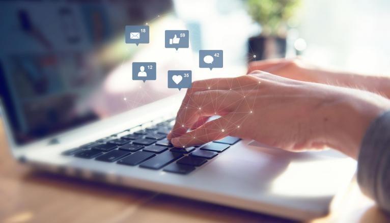 Aujourd'hui, les réseaux sociaux sont une vitrine pour les jeunes diplômés recherchant un emploi.