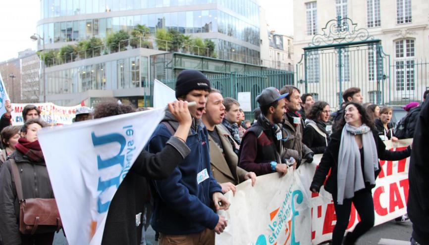 Manifestation le 11 décembre 2014 à Paris contre l'austérité à l'université et dans la recherche, où étaient présents les syndicats étudiants. //©Camille Stromboni