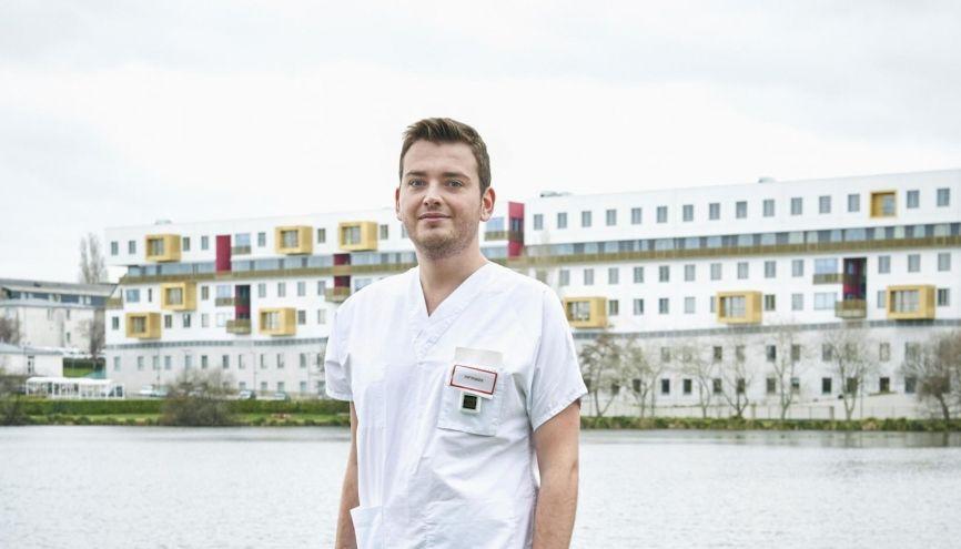 """François, 23 ans, infirmier en pneumologie dans un hôpital breton : """"Infirmier, c'est donner beaucoup plus que des soins techniques."""" //©Thierry Pasquet / Signatures pour l'Étudiant"""