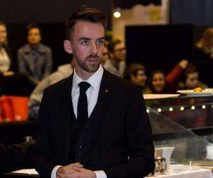 Thomas Brière, 28 ans, est chef de rang à l'Ambroisie, un restaurant parisien triplement étoilé.