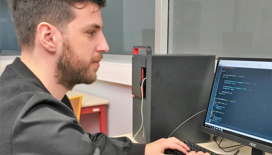 Après 7 ans à travailler dans la restauration, Jonathan se réoriente vers les métiers du numérique. La mission locale de Lille l'aide à trouver une formation en alternance et à se préparer aux jobs datings. //©Photo fournie par le témoin