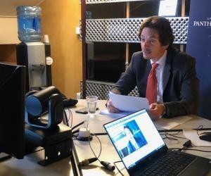 Bruno Dondero, professeur de droit à la Sorbonne, en plein cours sur Facebook Live.