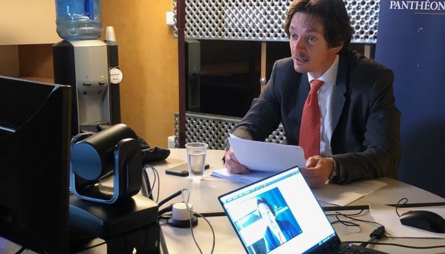 Bruno Dondero, professeur de droit à la Sorbonne, en plein cours sur Facebook Live. //©Photo fournie par le témoin