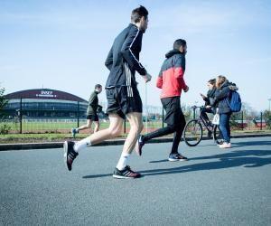 L'athlétisme fait partie des 22 disciplines sportives pratiquées à l'INSEP. C'est sur proposition d'une fédération sportive en fonction de ses performances, de son profil et d'un quota qu'un jeune peut l'intégrer.