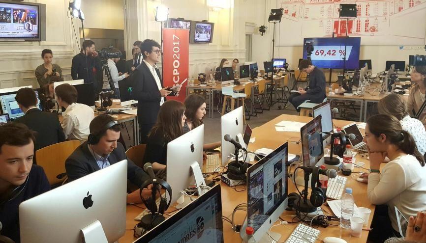 Soirée électorale à l'école de journalisme de Sciences po : les étudiants ont assuré trois heures de direct, le 23 avril 2017. //©Natacha Lefauconnier