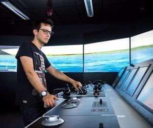 En master, les élèves de l'ENSM passent quinze jours en stage dans les simulateurs de navigation. Ils s'imaginent aux commandes d'immenses navires et acquièrent des réflexes professionnels.