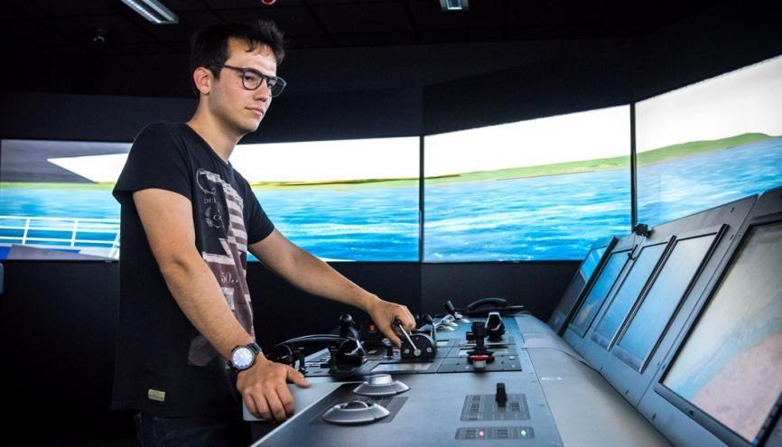En master, les élèves de l'ENSM passent quinze jours en stage dans les simulateurs de navigation. Ils s'imaginent aux commandes d'immenses navires et acquièrent des réflexes professionnels. //©Anne-Charlotte Compan/Hans Lucas pour l'Etudiant