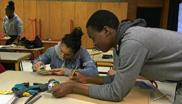 Nora et Rachid, en pleine concentration, travaillent sur leur haut-parleur.