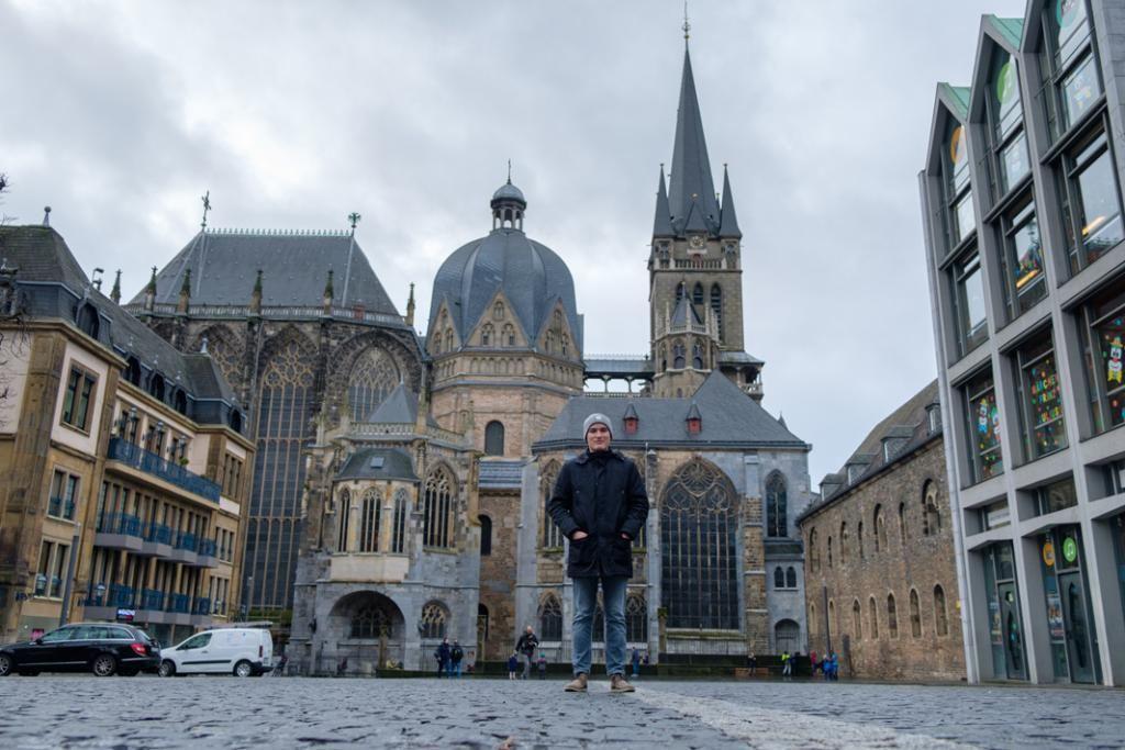 Alexandre, devant la cathédrale d'Aix-la-Chapelle, édifiée par Charlemagne, un des plus anciens édifices d'Europe du Nord. //©Camille Delbos/Hans Lucas pour l'Etudiant