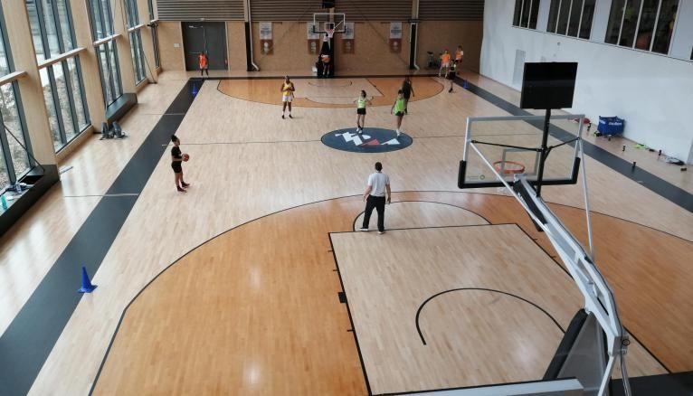 La Tony Parker Adéquat Academy comprend 14.000 m² d'installations haut de gamme avec salle de fitness et terrains de basket indoor dernier cri.
