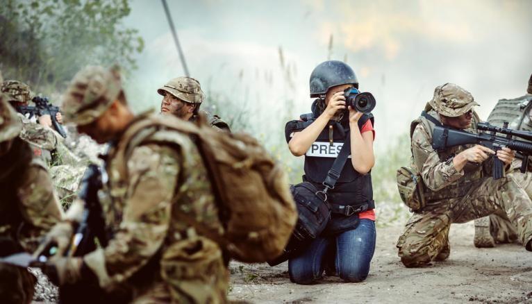 Le métier de photographe de guerre est une profession à part qui nécessite une grande force de caractère.