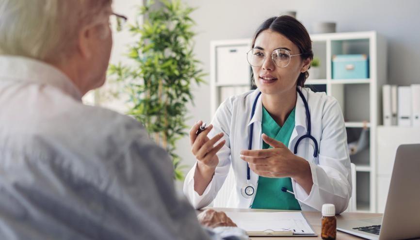 Quand vous démarrez des études de santé, le chemin est encore long avant de faire des consultations. //©Adobe Stock / Sebra