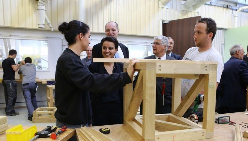 La ministre de l'Éducation nationale, Najat Vallaud-Belkacem, présente les nouveaux campus des métiers au lycée des métiers Le Garros, à Auch (32). //©Ministère de l'Éducation nationale