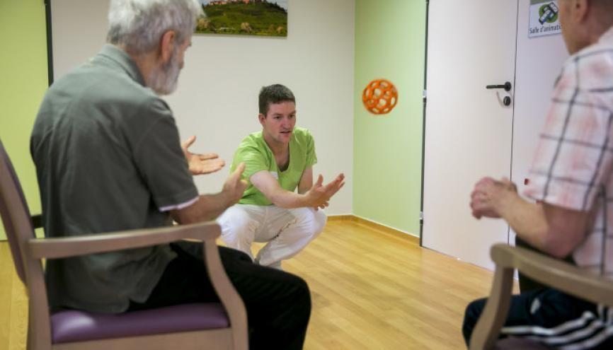 L'allongement de la durée de vie appelle un accompagnement social par du personnel qualifié. Ici, une séance de gym douce dans une maison de retraite. //©Frédéric Maigrot / REA