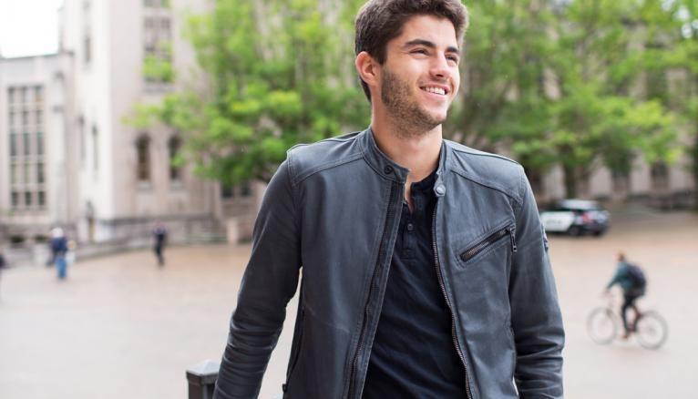 Mathieu étudie à l'université de Washington à Seattle, la plus grande université du nord-ouest des États-Unis.