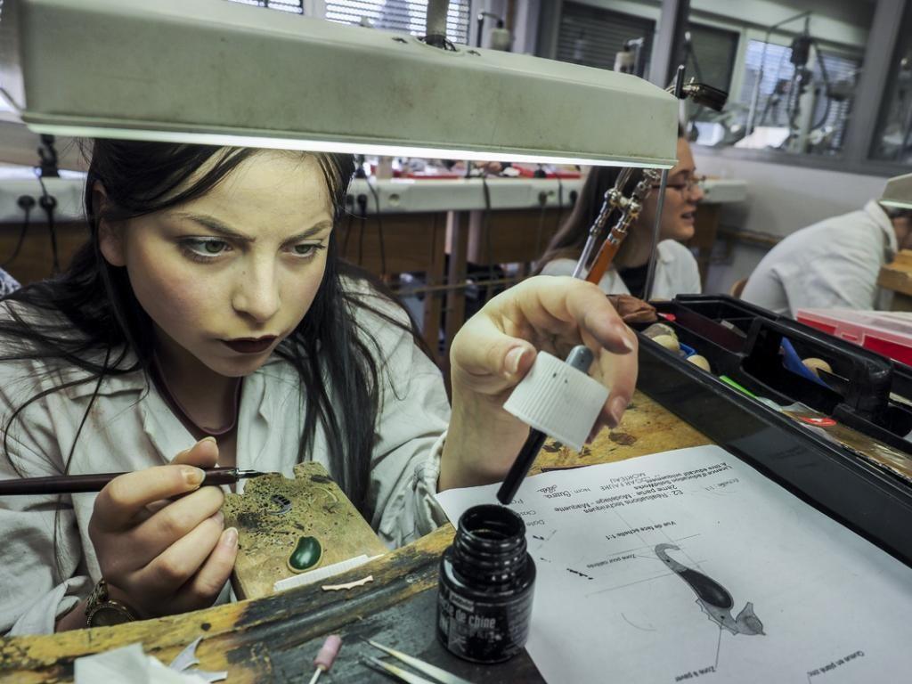 """Avant de confectionner un bijou, les apprentis élaborent d'abord l'objet sur des """"maquettes"""".  //©Raphaël Helle/Signatures pour l'Etudiant"""