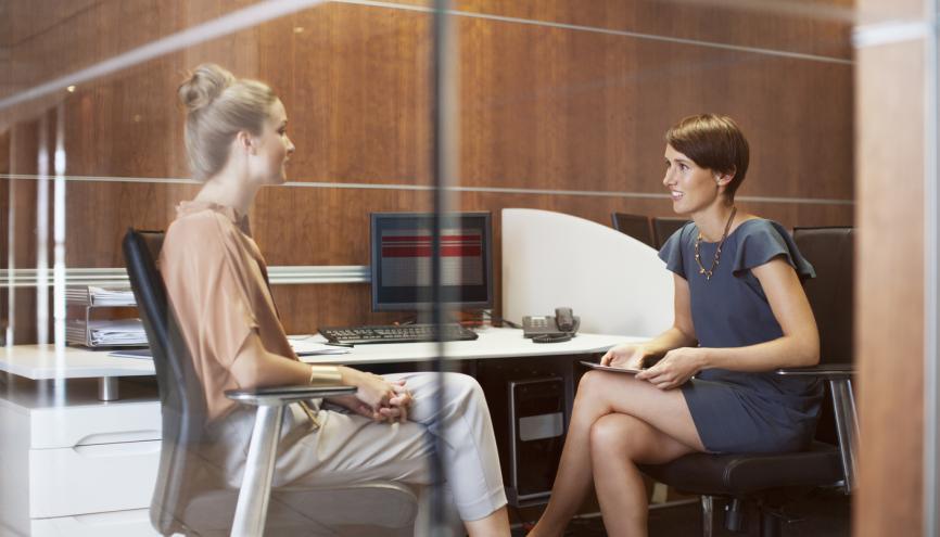 Comme pour un entretien en français, vous devez savoir parler de vos compétences, mais aussi de vos hobbies. //©PlainPicture / OJO