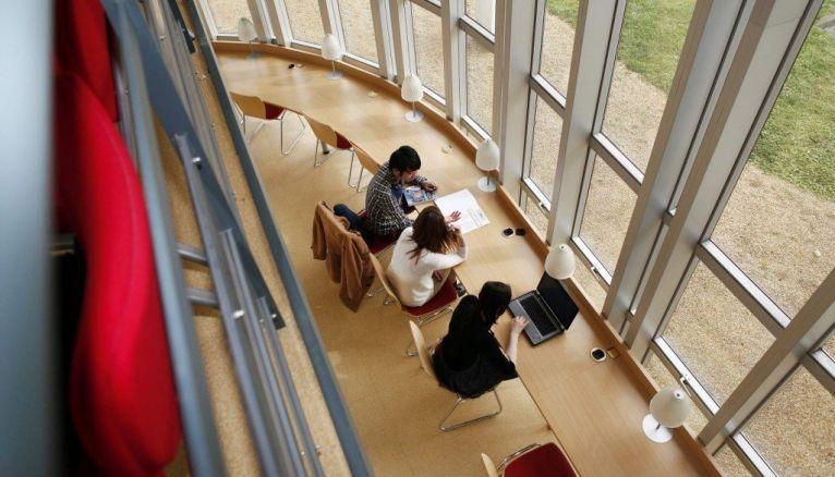 L'ESSCA est l'une des trois grandes écoles recrutant après le bac via le concours Accès.