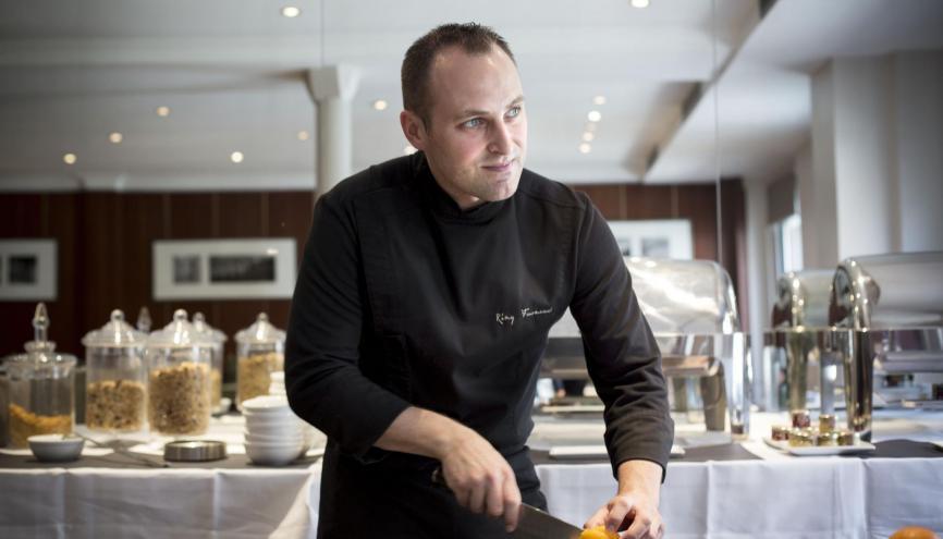 Quelques années d'études après le bac sont recommandées : le chef cuisinier passe en effet beaucoup de temps derrière son bureau à calculer les prix de revient, par exemple. //©Mat Jacob pour l'Etudiant