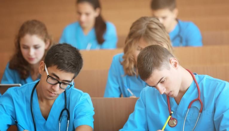 En plus des droits d'inscription et de la CVEC, les étudiants en IFSI doivent parfois s'acquitter de frais complémentaires.