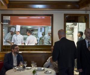 La cuisine ouverte de la Maison Rostang permet aux clients de voir les plats se préparer pratiquement sous leurs yeux.
