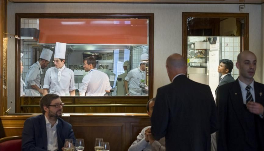 La cuisine ouverte de la Maison Rostang permet aux clients de voir les plats se préparer pratiquement sous leurs yeux. //©Myr Muratet pour l'Étudiant