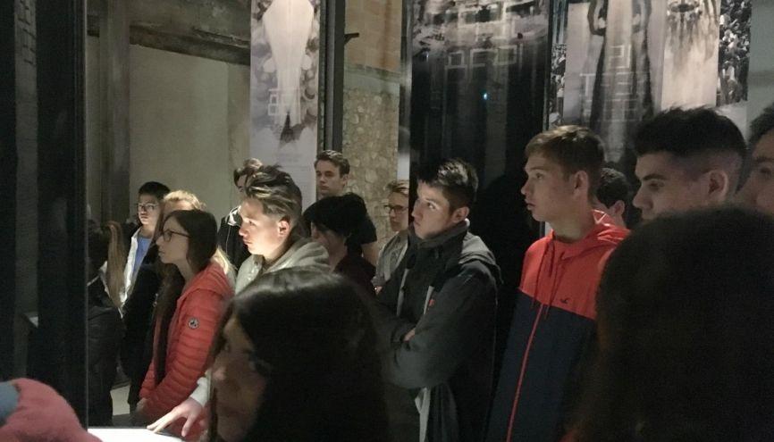 Ces lycéens découvrent le mémorial-musée du Camp des Milles. L'occasion de faire le lien entre histoire, mémoire et temps présent. //©Catherine de Coppet