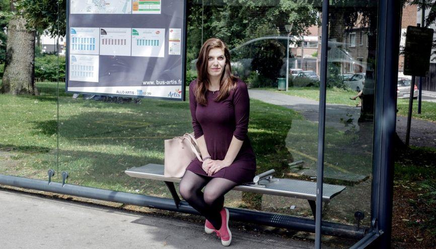 Julie, 21 ans, en licence  langues et management,  à l'université d'Artois, d'Arras, à l'arrêt  de bus menant à la fac. //©Aimée Thirion/Hans Lucas pour l'Etudiant