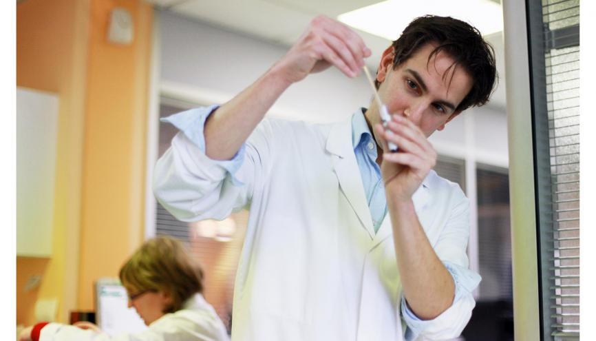 """""""Je valide les résultats des analyses médicales et donne mes conclusions."""" //©Bertrand Desprez pour L'Étudiant"""