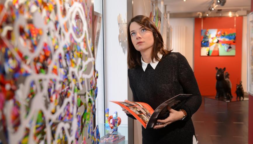 Dans la galerie Nuances et Lumières, située à Lyon, Marion, en tant qu'assureur d'œuvres d'art, doit savoir évaluer le risque d'un produit en cas de dommage.