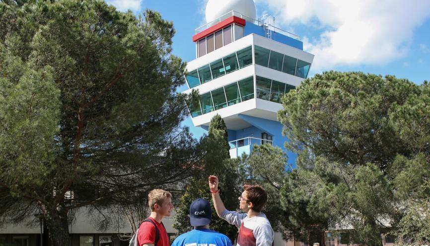 La météopole, campus de l'ENM de Toulouse, abrite en son sein une tour d'observation, un parc instrumental (avec des capteurs météo) ainsi que des services de Météo France. //©Christian Bellavia pour l'Etudiant