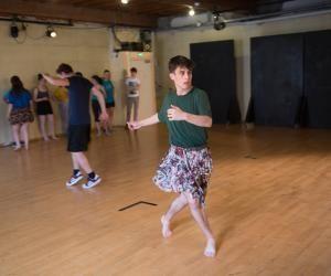 Julien, 17 ans, en première L au lycée Claude-Bernard à Villefranche-sur-Saône, partage son temps entre le conservatoire de théâtre et le lycée.