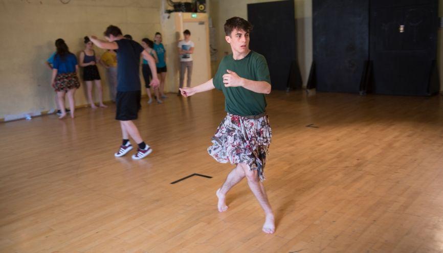 Julien, 17 ans, en première L au lycée Claude-Bernard à Villefranche-sur-Saône, partage son temps entre le conservatoire de théâtre et le lycée. //©Olivier GUERRIN pour L'Étudiant