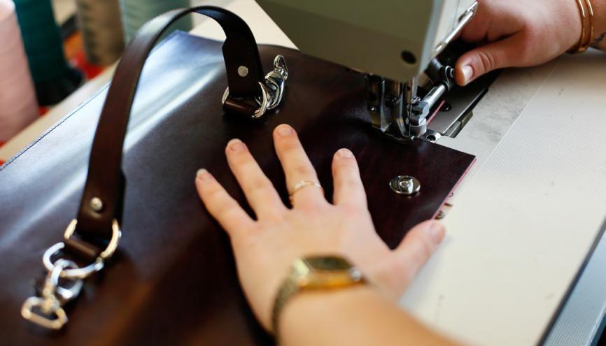 Les connaissances en couture sont des prérequis pour intégrer l'école Boudard, mais coudre le cuir et le tissu, ce n'est pas pareil ! //©Mathieu Cugnot/Divergence pour l'Etudiant