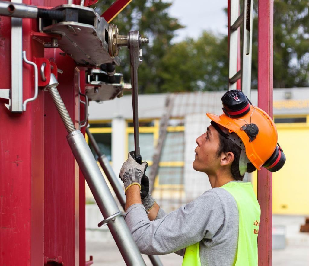 Sur un autre chantier-école, les élèves de deuxième année du bac pro travaux publics mettent en pratique les techniques de fabrication de coffrages. //©Yohan Bonnet/Hans Lucas pour l'Etudiant