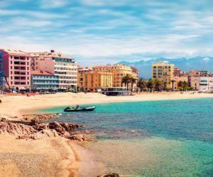 Entre la montagne et la mer, la Corse offre un cadre de vie exceptionnel à ses étudiants.