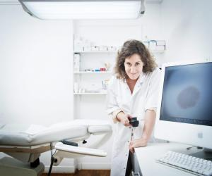 Le dermatologue exerce un métier humain, qui nécessite de savoir écouter les gens et les interroger.