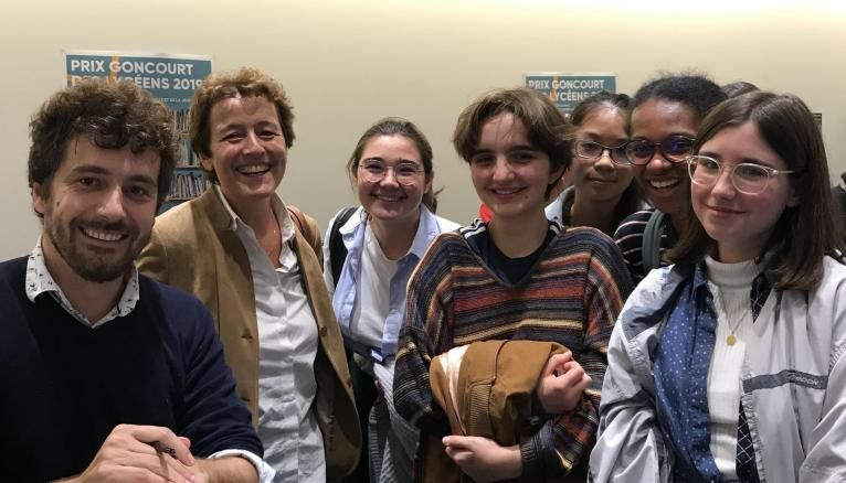 """Abel Quentin, auteur de """"Soeur"""" avec des élèves de terminale L et ES du lycée Condorcet."""