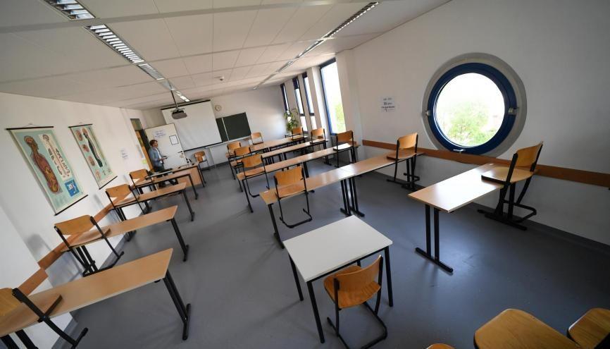 """Selon le protocole sanitaire édicté par l'Éducation nationale, les salles de classe devront """"respecter une distance d'au moins un mètre entre les tables"""". //©Andreas Gebert / REUTERS"""