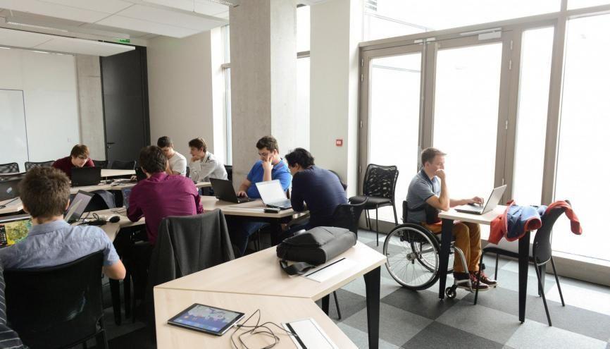 L'accessibilité des bâtiments aux fauteuils roulants encourage les jeunes handicapés à s'engager dans des études. //©Stéphane Audras / R.E.A