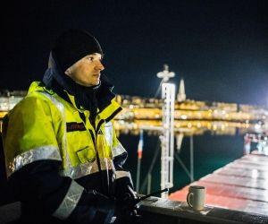 """Le """"Chemical Master"""" reprend sa route. Julien, le pilote de port, le reconduit jusqu'à l'île de Cézembre."""