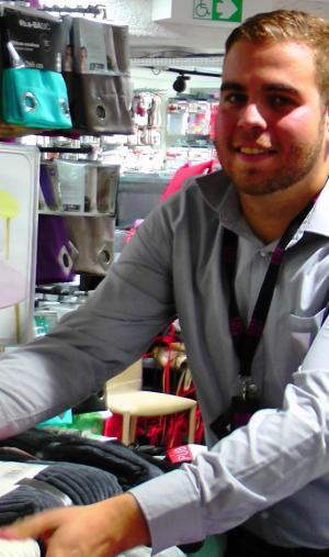 Thomas, 22 ans, en contrat de professionnalisation au magasin Tati Reuilly-Diderot, prépare une licence professionnelle management du point de vente.
