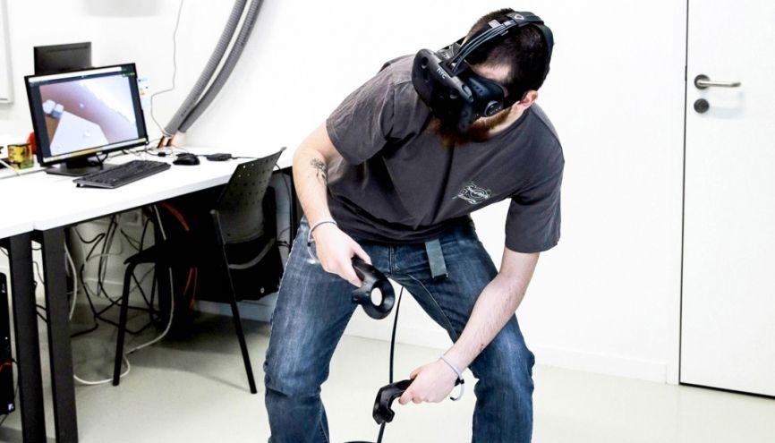 """David, 22 ans, teste l'ébauche du jeu sur casque virtuel qu'il présentera, avec son équipe, à un jury de """"pros"""" en fin de dernière anné de formation. //©Aimée Thirion/HansLucas pour l'Etudiant"""