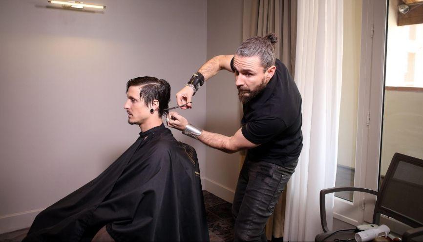 D'un CAP coiffure au titre de champion du monde, le parcours de Raphaël Perrier témoigne de sa persévérance. Ici, une séance de shooting pour sa future collection. //©Christian Bellavia pour l'Etudiant