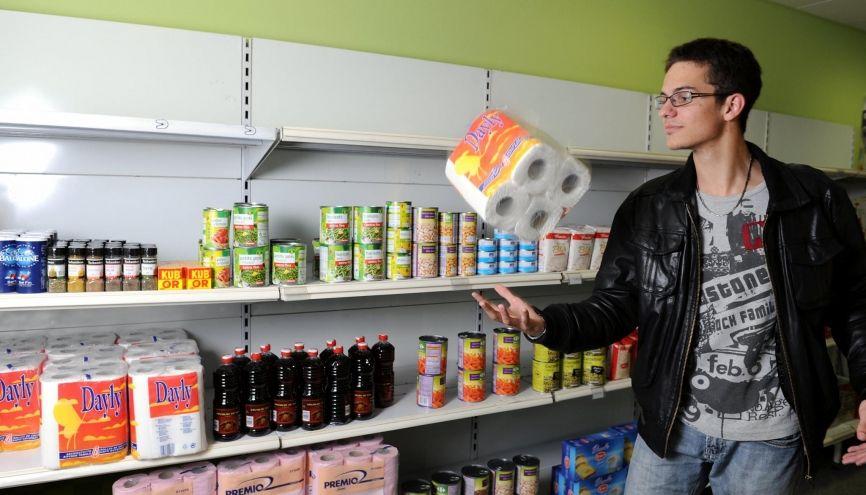 Faire ses courses dans une épicerie solidaire étudiante (ici à Villeurbanne) permet de bénéficier de prix allégés. //©Stephane AUDRAS/REA